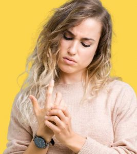 Natural Ways To Heal A Jammed Finger + Causes And Symptoms