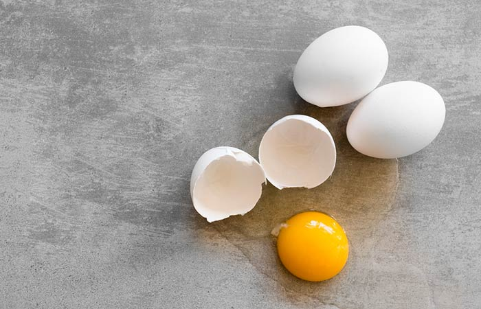 Shutterstock [19659907] Here are what you need to prepare for this mask: [196590039] 2 tablespoons gel aloe vera [19659909] One egg </li> </ul> <h5>  </h5> <ul> <li>  bowl, taking care only to transfer the white part of it. </li> <li>  Then add the aloe vera gel to the container and mix the two substances well to form a smooth, fluffy texture paste </li> <li>  After doing this, take a flat brush and use it to apply the paste onto the face and neck . Now let it cure for about 15 minutes. </li> <li>  Once it has hardened, remove it by wiping it with a cotton swab immersed in cold water. </li> </ul> <p>  These are some of our best medicines that can bring you back light in no time. Although they all have aloe vera gel as the main ingredient, the other ingredients work to nourish your skin while aloe works to remove the damage caused by the sun. </p> <p>  Sandalwood acts as a firmer and helps to remove tan, whereas tomato acts as an anti-aging agent and fights cell damage (<a href=