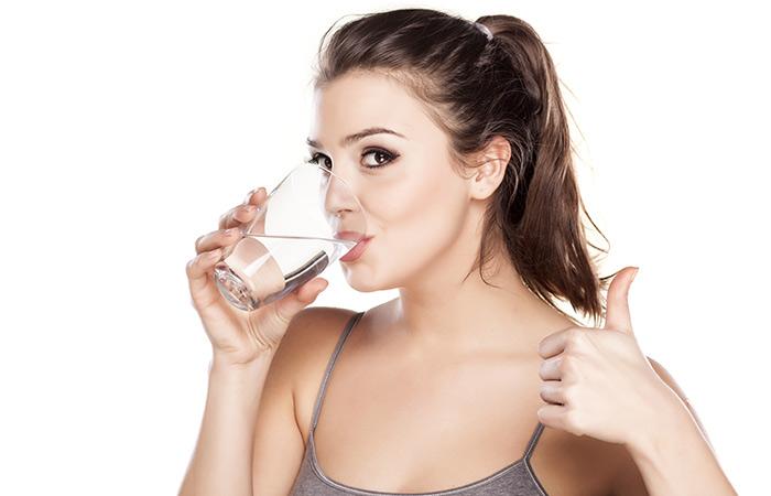 Shutterstock </p> </div> <h5> कैसे है लाभदायक: </h5> <p> मोटापा कम करने के लिए शरीर का हाइड्रेट रहना बहुत जरूरी है. यह माना गया है कि पर्याप्त मात्रा में पानी पीने से शरीर का अतिरिक्त मोटापा कम हो सकता है. अत्यधिक कैलोरी वाले खाद्य पदार्थ शरीर का वजन बढ़ाते हैं. वहीं, पानी कैलोरी को बर्न करता है and शरीर के वजन को नियंत्रित करता है. इसके अलावा, पानी पाचन क्रिया को मजबूत और शरीर की आंतरिक सफाई करता है (<a href=