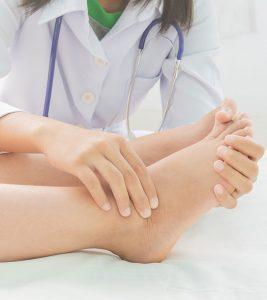 पैरों में सूजन को कम करने के 15 असरदार घरेलू उपाय - Swollen Feet Home Remedies in Hindi