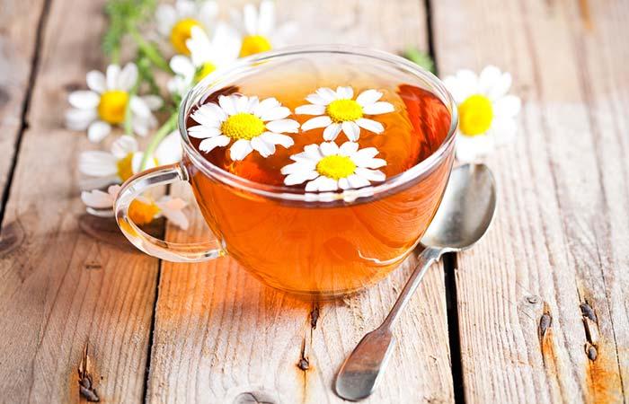 Chamomile tea [19659165] Shutterstock [19659045] सामग्री: [19659046] एक कैमोमाइल टी बैग या एक चम्मच सूखे कैमोमाइल फूल [19659014] एक कप गर्म पानी [19659014] दो से तीन पुदीने के पत्ते ( वैकल्पिक) </li> </ul> <h5> उपयोग करने की विधि: </h5> <ul> <li> एक कप गर्म पानी में कैमोमाइल टी बैग या एक चम्मच सूखे कैमोमाइल फूल को थोड़ी देर भिगोकर रखें. </li> <li> अब आप इस गरमा गर्म काढ़े में पुदीने के पत्ते मिला दें. [19659014] फिर इसका सेवन करें </li> </ul> <h5> कब इसका सेवन करें </h5> <p> डाय िया के दौरान आप दो से तीन कप कैमोमाइल टी का सेवन कर सकते हैं. </p> <h5> कैसे फायदेमंद है? </h5> <p> कैमोमाइल चाय डायरिया के दौरान काफी आराम दिला सकती है. यह डायरिया की अवधि को कम कर सकती है. इसमें एंटी-डायरियल and एंटीस्पैस्मोडिक गुण मौजूद हैं. (19459006) 22 </a>) (<a href=
