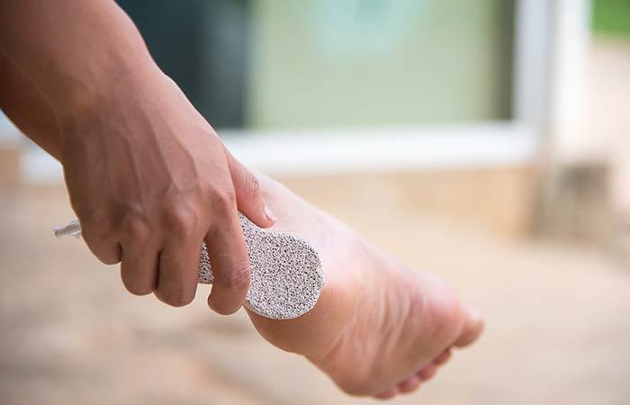 Shutterstock </p> </div> <ul> <li> पैर सूख जाने के बाद आप नाखूनों पर क्यूटिकल क्रीम लगाएं and कुछ देर धीरे-धीरे मेाज करें. जब मृत त्वचा नरम हो जाए, तो क्यूटिकल पुशर की मदद से क्यूटिकल (नाखूनों के आधार की त्वचा) को हटाकर साफ करें. [19659014] अब पैरों की मृत त्वचा को हटाने के लिए फुट स्क्रब का इस्तेमाल करें. लगभग तीन-चार मिनट तक एड़ियों, तलवों, पैरों की उंगलियों और बाकी जगह को धीरे-धीरे स्क्रब करें. </li> </ul> <p> अगर आपके पास क्यूटिकल क्रीम नहीं है, तो आप इसे घर में ही बना सकते हैं. नीचे जानें कैसे बनाएं क्यूटिकल क्रीम &#8211; </p> <p><strong> सामग्री: </strong> </p> <ul> <li> तीन चम्मच जैतून या बादाम का तेल </li> <li> एक बड़ा चम्मच नारियल तेल </li> <li> एक बड़ा चम्मच ग्लिसरीन या अपनी पसंद का एसेंशियल ऑयल </li> </ul> <p> <strong> बनाने की प्रक्रिया: </strong> </p> <ul> <li> जैतून के तेल को गर्म कर लें. </li> <li> इसमें नारियल तेल और आवश्यक तेल या ग्लिसरीन मिलाएं. </li> <li> इस मिश्रण को ठंडा होने दें और किसी बोतल में स्टोर करें. [19659014] इस प्रकार आप घर में ही क्यूट कल क्रीम बना सकते हैं. </li> </ul> <p> नीचे जानिए घर में ही कैसे बनाएं फुट स्क्रब &#8211; </p> <p><strong> सामग्री: </strong> </p> <ul> <li> दो बड़े चम्मच ब्राउन शुगर </li> <li> एक बड़ा चम्मच शहद </li> <li> दो बड़े चम्मच ओटमील पाउडर </li> <li> एक बड़ा चम्मच नींबू का रस </li> <li> एक चम्मच जैतून का तेल </li> </ul> <p> <strong> बनाने की प्रक्रिया: </strong> </p> <ul> <li> ओटमील और ब्राउन शुगर को एक साथ मिलाएं. </li> <li> अब इसमें नींबू का रस , शहद और जैतून का तेल मिलाएं और इस्तेमाल करें. </li> </ul> <h3> स्टेप 6 &#8211; पैरों क मॉइस्चराइज करें </h3> <p> अब आपके पैर बिल्कुल साफ हैं, लेकिन इनको मॉइस्चराइज करना बहुत जरूरी है. आप किसी अच्छे मॉश्चराइजर का चुनाव करें. मॉश्चराइजर से लगभग 10 मिनट तक पैरों, एड़ियों and नाखूनों की हल्की मसाज करें. अगर आपके पास मॉश्चराइजर नहीं हैं, तो आप जैतून तेल भी प्रयोग में ला सकते हैं. </p> <h3> स्टेप 7 &#8211; नेल पॉलिश लगाएं [19659072] Insert nail polish [19659073] Shutterstock [19659029] पैरों को मॉश्चराइज करने के बाद आप अपनी पसंद की नेल पॉलिश लगा सकते हैं. यह पेडीक्योर का 