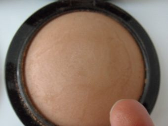 MAC Pro Longwear Pressed Powder pic 2-Brilliant pressed powder-By shruti_joshi