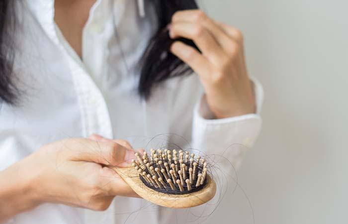 1. बालों का झड़ना रोके