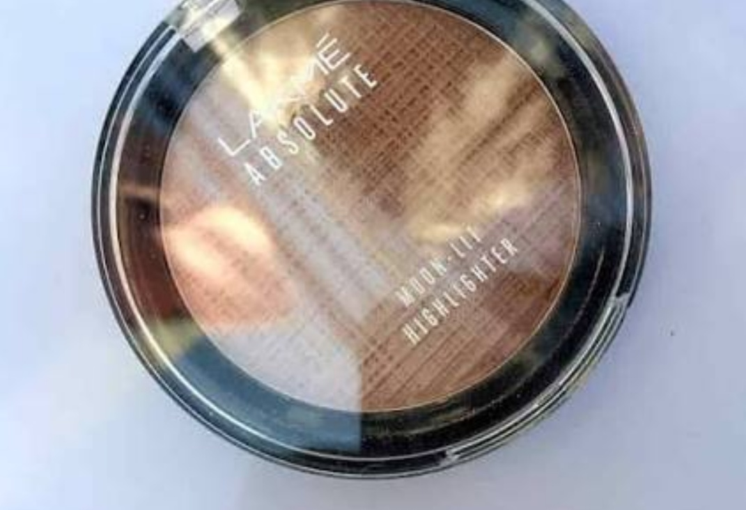 Lakme Absolute Moon-Lit Highlighter-Moon lit glow-By aditiblings