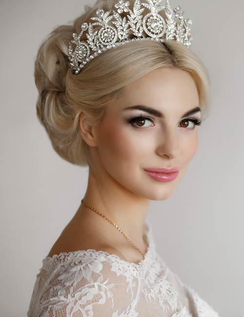 Braut Friseuren mit Diadem oder Tiara