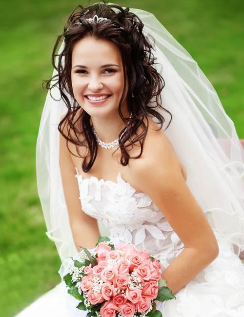 Braut Friseuren mit Schleier halboffen