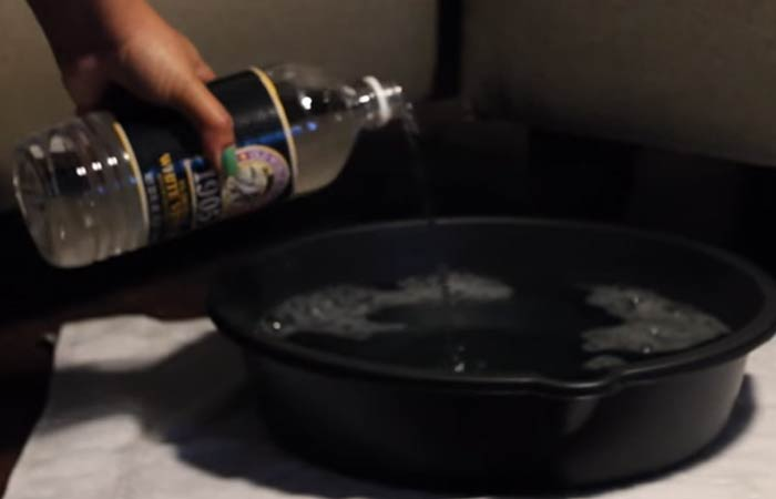 Pour in half cup of white vinegar (or ACV) to the tub