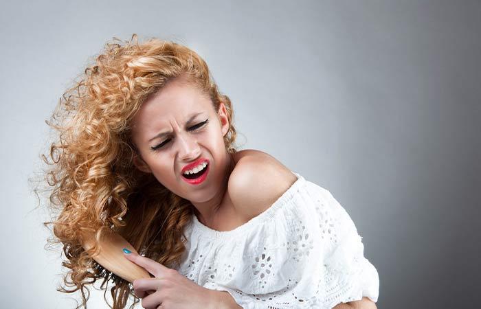 Errori nella doccia che danneggiano i capelli ricci