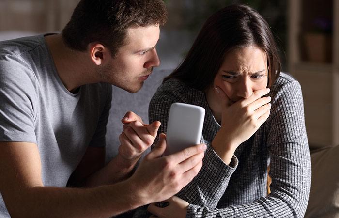 boyfriend-show-phone-to-his-cheater-girlfriend
